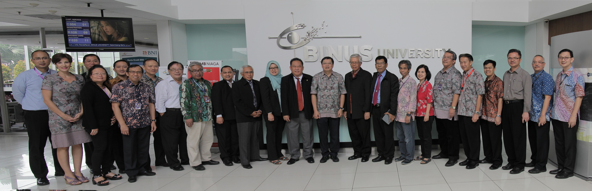 Foto Bersama Pimpinan BINUS University bersama dengan Tim Examiner IQA 2015