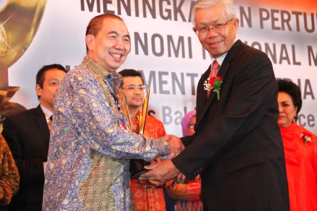 Penyerahan piala IQA 2015 oleh Ketua Dewan Pembina IQAF Bapak Bacelius Ruru, SH, LLM kepada Bapak Ir. Bernard Gunawan - CEO Bina Nusantara
